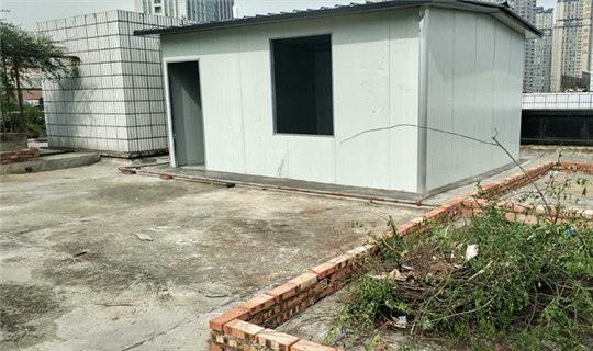 铜井巷一小区屋顶违法搭建,破坏住房防水层
